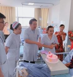 90岁老人病房过生,情暖患者心