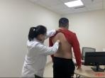 """32岁IT男跷二郎腿致脊柱扭成""""麻花"""" 医生:还影响颜值"""